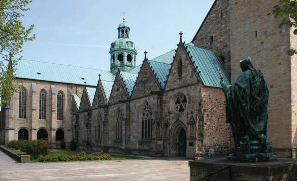 Dom_DenkmalBischofBernward_c-HildesheimMarketing_RET