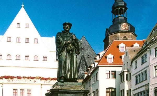 Eisleben_Lutherdenkmal_Rathaus_1397_RET