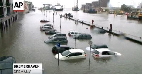 В Германии затоплено много машин из-за дождей (видео)